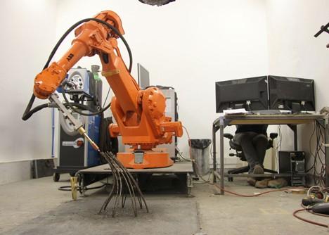 3D-printing-robot-by-Joris-Laarman-draws-freeform-metal-lines-_dezeen_4 (1)